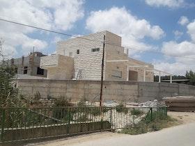 בית פרטי עם אבנים ירושלמיות מרחוק