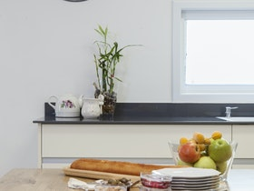שעון קיר עם שולחן אוכל מעץ