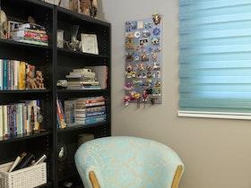 כורסא תכלת לחדר ילדים עם ספריית עץ שחורה