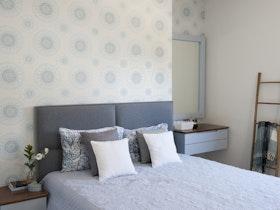 מיטה זוגית עם מזרון וכריות נוי