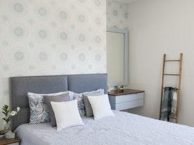 מיטה זוגית בצבע אפור עם כיסוי מיטה
