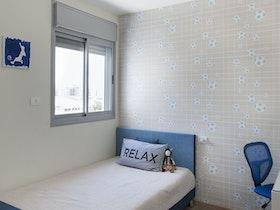 מיטת יחיד בצבע כחול בד ומכתביה
