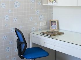 כסא כלכלים ליד מכתביה בצבע לבן