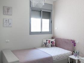 מיטת יחיד עם מזרן וגוף תאורה מעוצב