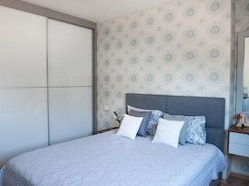 חדר שינה עם מיטה זוגית וארונות הזזה