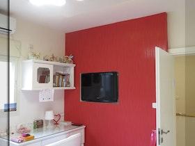 קיר צבוע באדום