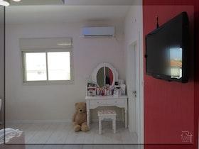 חדר ילדים משופץ עם טלויזיה תלוייה על הקיר
