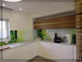 ארונית לכלים במטבח בצבע עץ