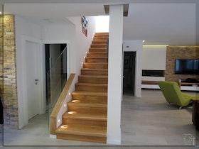 מדרגות עץ חומות בבית פרטי