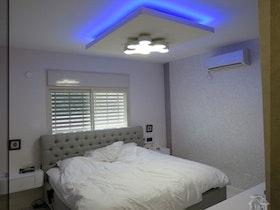 חדר שינה עם הנמכת תקרה