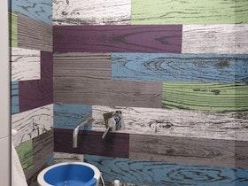 כיור מעוצב בשירותים צבעוניים
