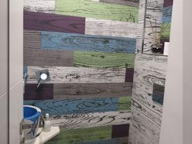 שירותים עם טפט צבעוני
