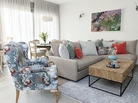 ספה פינתית עם שולחן עץ וכורסת יחיד