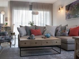 סלון מעוצב עם ספה פינתית ושולחן עץ כפרי