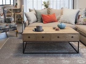 שולחן עץ כפרי