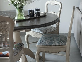 בית משופץ עם שולחן וכסאות