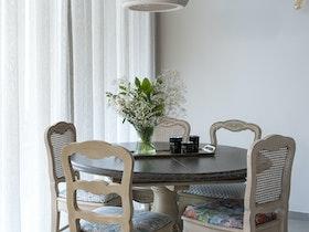 שולחן עגול עם 5 כסאות