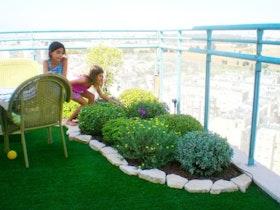 משחקים בגינה והתחושה על הגג כאילו בחצר קרקע