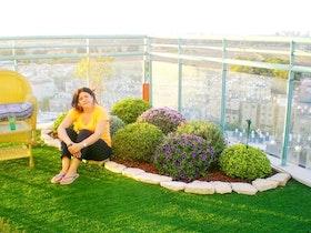 מיכל נהנית מהגינה על המרפסת שלה