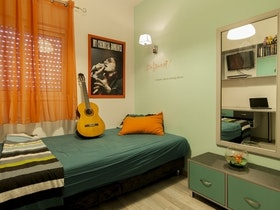 חדר נוער עם קירות ירוקים