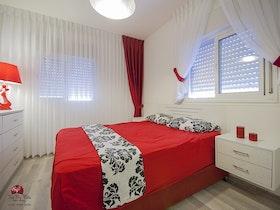 מיטה זוגית עם מזרון וקומודה גדולה
