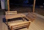 פרקט מעץ נישת ישיבה ושלחן מעץ בחצר