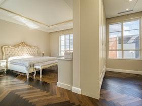 חדר הורים מיטה זוגית מהודרת וחדר ארונות