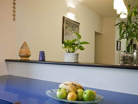 קומודה כחולה עם אגרטל פירות