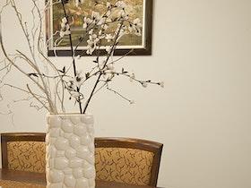אגרטל לבן עם שולחן אוכל חום