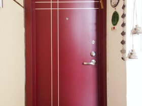 דלת כניסה בצבע אדום מעוצב