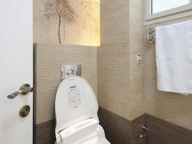 אסלה פתוחה בשירותים משופצים