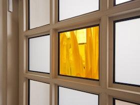 דלת עם זכוכית צבועה בצהוב