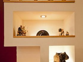 מדפי גבס עם פסלים קטנים