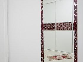 מראה עם מסגרת אדומה על הקיר