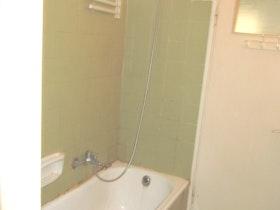 מקלחת ישנה ומלוכלכת