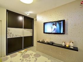 חדר שינה עם טלויזיה על הקיר