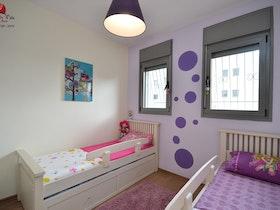 2 מיטות יחיד עם שטיח