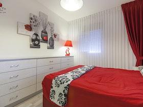 מיטה זוגית עם מצעים אדומים
