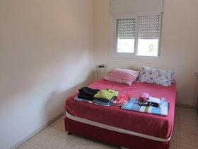 מיטה זוגית אדומה בחדר שינה הורים ישן