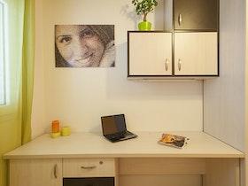 חדר נוער עם שולחן כתיבה