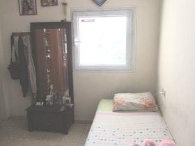 מיטת יחיד עם מראה