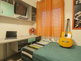 חדר נוער עם מיטת ספפה