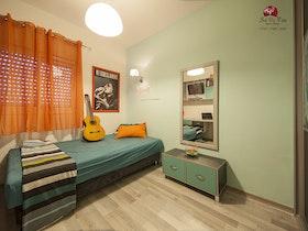 חדר נוער עם מיטת יחיד ספפה