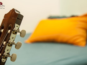 גיטרה עם כרית ברקע