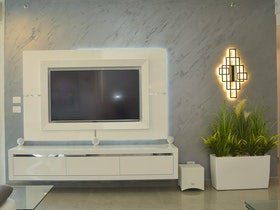 קיר עם מסגרת לטלויזיה