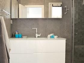 מקלחת עם ארונית אמבטיה