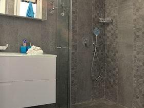 מקלחת עם מקלחון שקוף