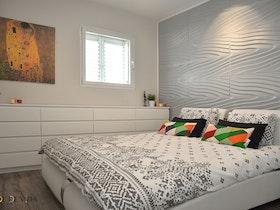 חדר הורים עם מיטה זוגית + מזרן עם כריות צבעוניות