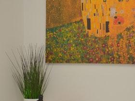 תמונה צבעונית עם צמח פלסטיק