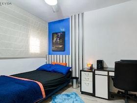חדר נוער עם שולחן ומיטת יחד